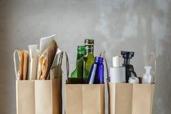 Trois sacs en papier avec les déchets assortis de ménage photographie stock libre de droits
