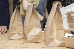 Trois sacs en papier de papier d'emballage brut sont sur le compteur de rue photo libre de droits