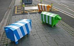Trois sculptures animales blocky Bornes colorées de sécurité routière de moutons sur le trottoir piétonnier en pierre à Christchu photographie stock