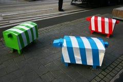 Trois sculptures animales blocky Bornes colorées de sécurité routière de moutons sur le trottoir piétonnier en pierre à Christchu photographie stock libre de droits