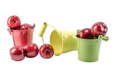 Trois seaux avec les pommes rouges Image stock