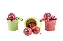Trois seaux avec les pommes rouges Images stock