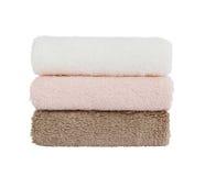 Trois serviettes de bain sur le fond blanc D'isolement au-dessus du blanc Photos libres de droits