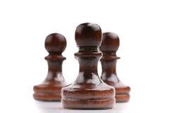 Trois seules pièces d'échecs en bois noires d'isolement sur le blanc image stock