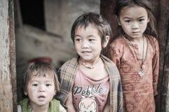 Trois soeurs aux yeux bruns au Népal image stock