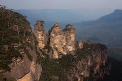 Trois soeurs basculent dans les montagnes bleues photographie stock libre de droits