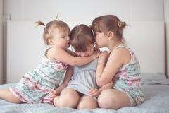 Trois soeurs d'enfant de mêmes parents dans le vrai intérieur, mode de vie Photographie stock