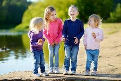 Trois soeurs et leur frère ayant l'amusement Photographie stock