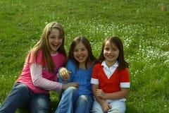 Trois soeurs se chatouillant Photo stock