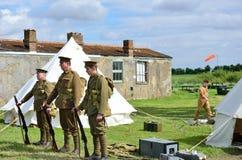 trois soldats de Première Guerre Mondiale dans la rangée avec l'équipement Image libre de droits