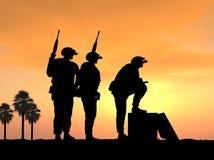 Trois soldats préparent et alertent pour la bataille Images libres de droits