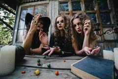 Trois sorcières de vintage effectuent le rituel magique Photos libres de droits