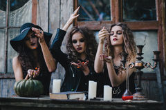 Trois sorcières de vintage effectuent le rituel magique Photographie stock