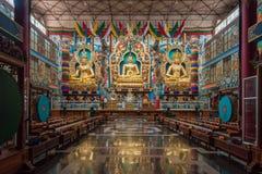 Trois statues d'or à l'intérieur de Vihara au bouddhiste Monast de Namdroling Image stock