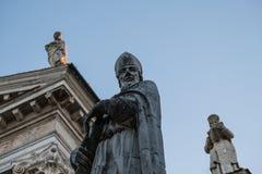 Trois statues des figures de marbre religieuses pr?s de l'?glise principale d'Urbino, Italie photo stock
