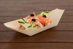 Trois sushi de nigiri servis dans le plat en bois de bateau Photo libre de droits