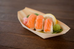Trois sushi de nigiri servis dans le plat en bois de bateau Image stock