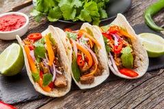 Trois tacos mexicains avec de la viande et des légumes Pasteur d'Al de Tacos dessus photographie stock libre de droits
