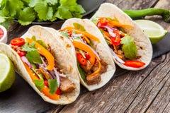 Trois tacos mexicains avec de la viande et des légumes Pasteur d'Al de Tacos dessus images libres de droits