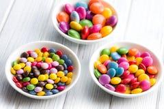 Trois tailles différentes des sucreries colorées Images stock