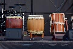 Trois tambours japonais de Taiko Nagado et d'Okedo se tenant dans une rangée sur l'étape photographie stock libre de droits