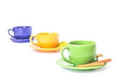 Trois tasses colorées dans une rangée Photo libre de droits