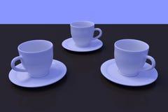 Trois tasses de café blanc avec la soucoupe sur une surface réfléchie foncée Photos stock