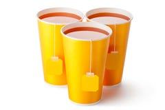 Trois tasses de thé à emporter avec des labels de thé photo libre de droits