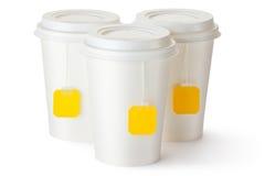 Trois tasses de thé à emporter avec des sachets à thé photo stock