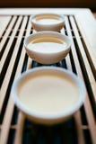 Trois tasses de thé chinois sur la table pour la cérémonie de thé photos libres de droits