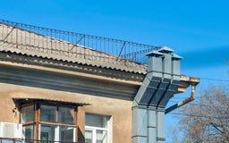 Trois tuyaux modernes de ventilation sur le vieux mur Images libres de droits