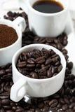 Trois types de marc de café, de grain et de boisson dans des tasses blanches Photo libre de droits