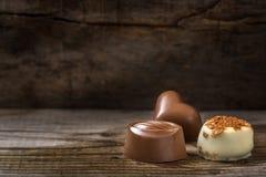 Trois types différents de bonbons au chocolat sur le bois Image libre de droits