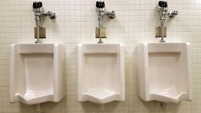 Trois urinoirs de Mensroom Images stock