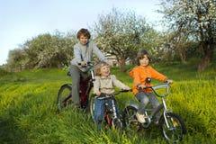Trois vélos de tour de frères Photographie stock libre de droits
