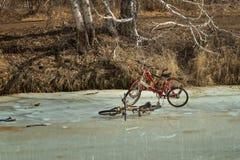 Trois vélos sur la glace au printemps Photos libres de droits