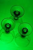 Trois verres à vin avec un fond vert Images libres de droits