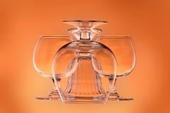 Trois verres à vin et un vase en verre Photo stock