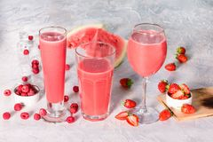 Trois verres avec des boissons de pastèque et de baies Photos libres de droits