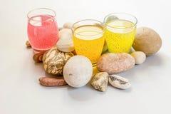 Trois verres avec la boisson de fruit avec la graine de basilic dans la couleur en pastel entre les cailloux Photo stock