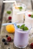 Trois verres avec les smoothies ou le yaourt avec les baies fraîches sur a Photo libre de droits