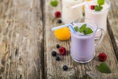 Trois verres avec les smoothies ou le yaourt avec les baies fraîches sur a Image stock