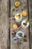 Trois verres avec les smoothies ou le yaourt avec les baies fraîches sur a Photos libres de droits