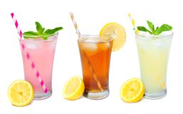 Trois verres d'été boit avec des pailles d'isolement sur le blanc Photographie stock libre de droits