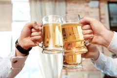 Trois verres de bière au foyer Photographie stock
