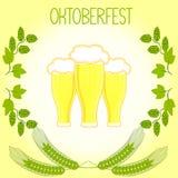 Trois verres de bière, tiges d'orge et branches des houblon, Oktoberfest Photographie stock libre de droits