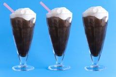 Trois verres de crème glacée crème avec la neige fondue de café photographie stock libre de droits