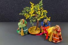 Trois vieilles sorcières avec l'arbre au milieu photo libre de droits