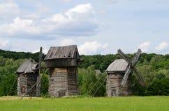 Trois vieilles turbines de vent rurales ukrainiennes traditionnelles, Pirogovo Photos libres de droits
