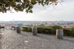 Trois vieux barils de vin à Prague, République Tchèque photos stock